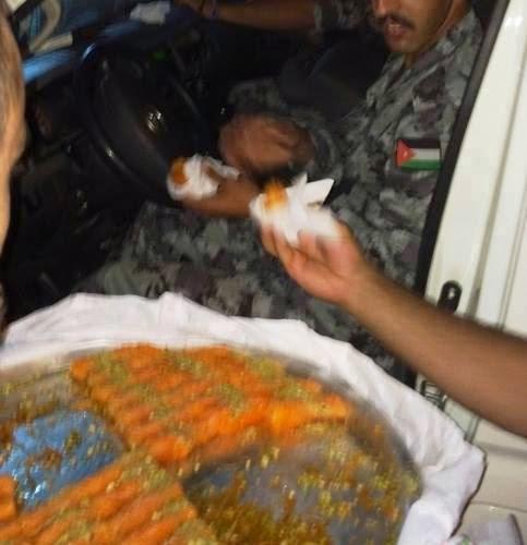 """احتفالات وتوزيع للحلوى بالعاصمة الأردنية عمان ابتهاجاً بقصف """"تل أبيب"""" الليلة"""