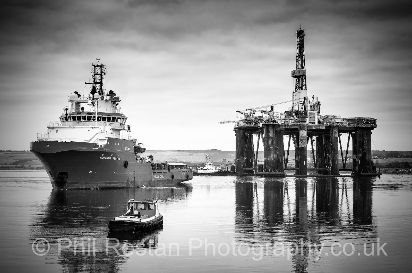 hoto of Sedco 712 , Normand Neptun and CFPA( Cromarty Firth Port Authority) Tug