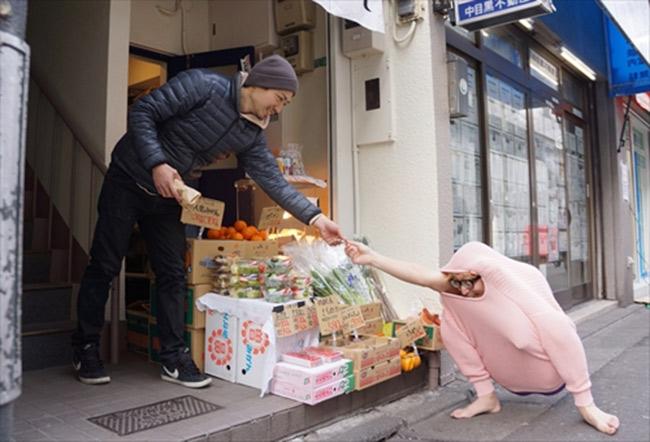 Hombre japonés se convierte en un pavo utilizando sólo un suéter