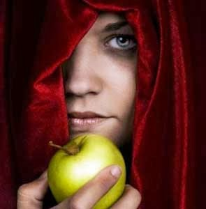 chico con una manzana
