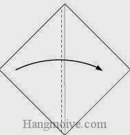 Bước 2: Gấp tờ giấy theo chiều từ trái sang phải, vị trí gấp là đường đứt đoạn.
