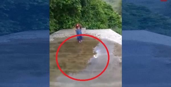 Esta niña se mete al charco de agua y la lia
