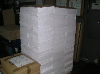 palet de resmas de papel manila blanco antes de ser envueltas