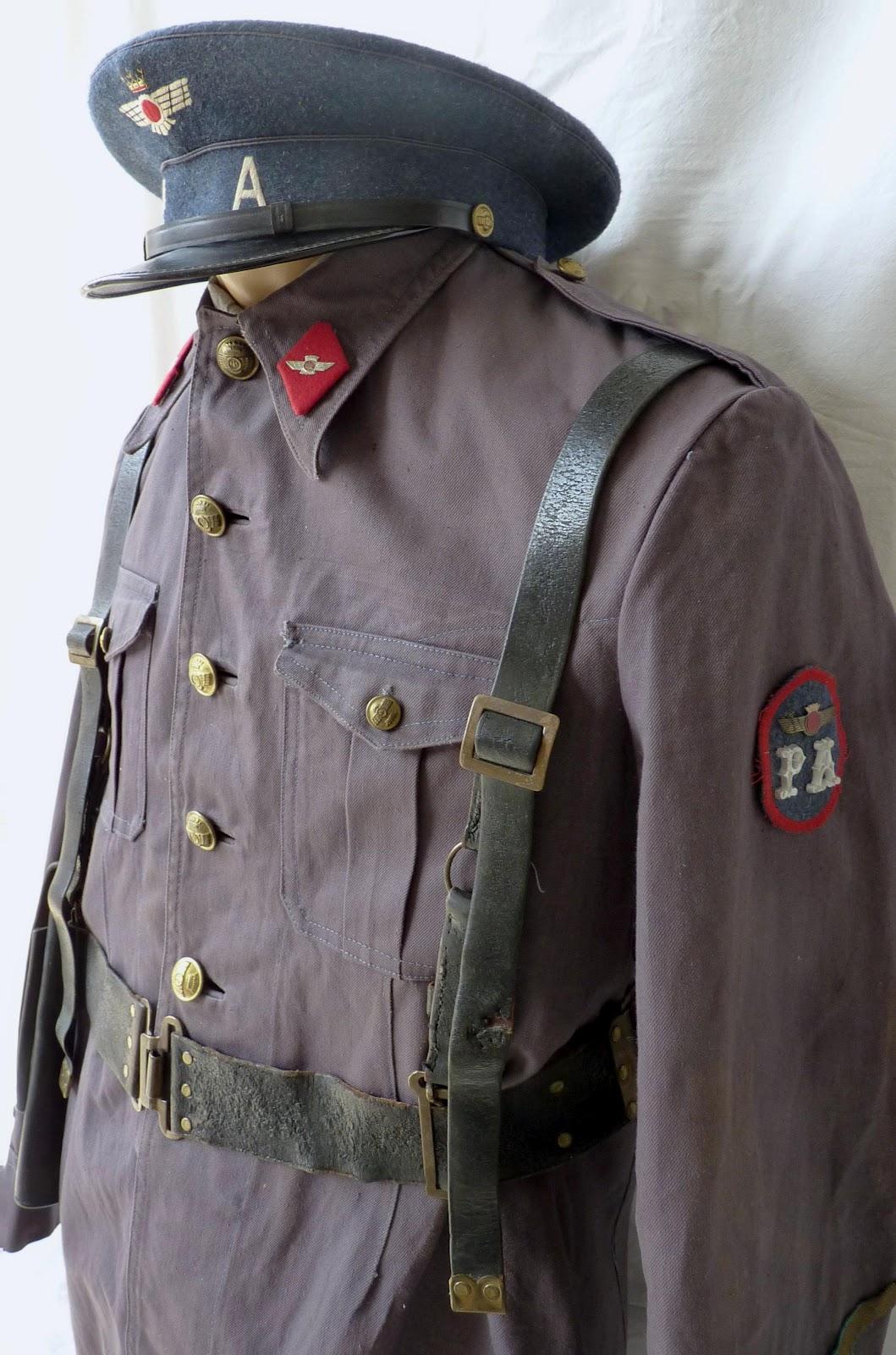 la guerrera m 46 con la gorra de plato y el correaje en cuero negro