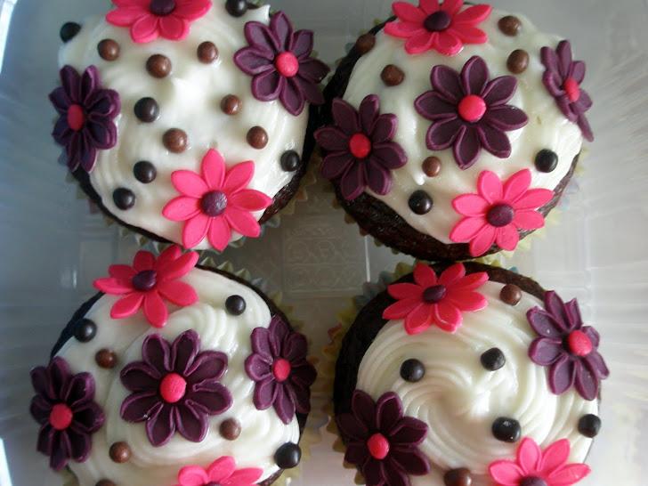"""Cupcake Primavera - """"A terra é insultada e oferece suas flores como resposta."""", Rabindranath Tagore"""