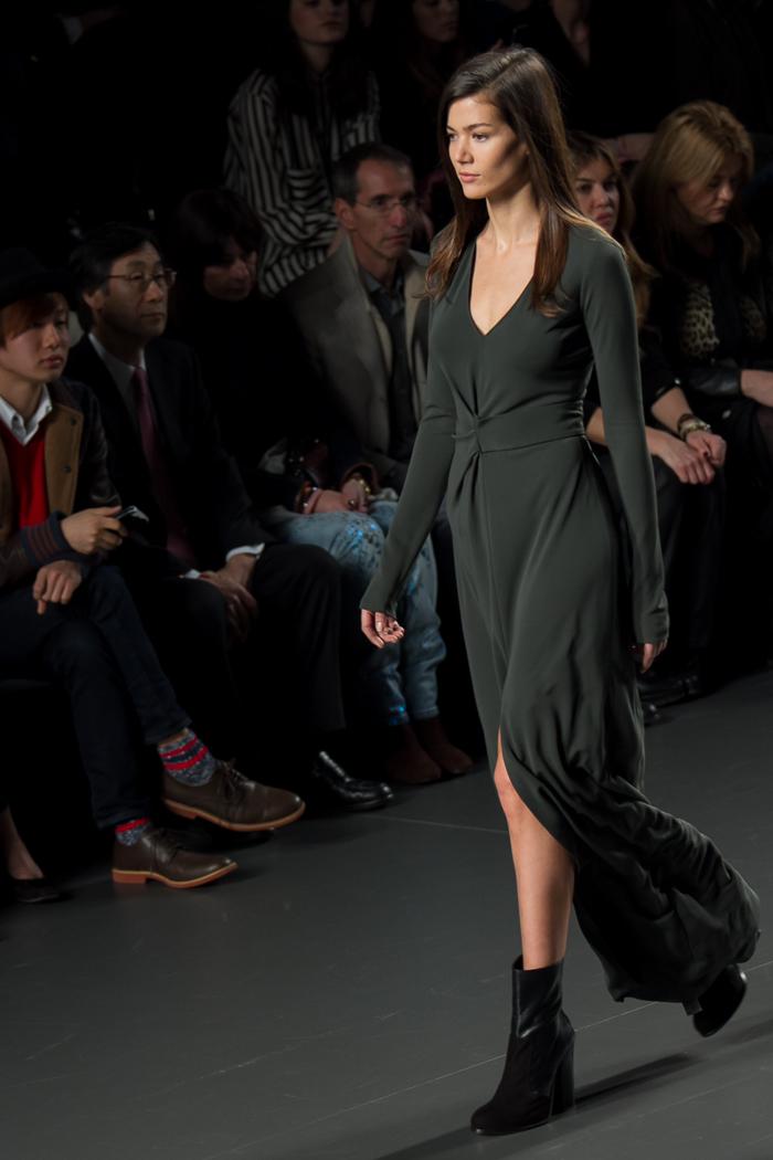 Vestido Verde con botines  ÁNGEL SCHLESSER Desfile Fashion week Blogger moda Valencia WOWS