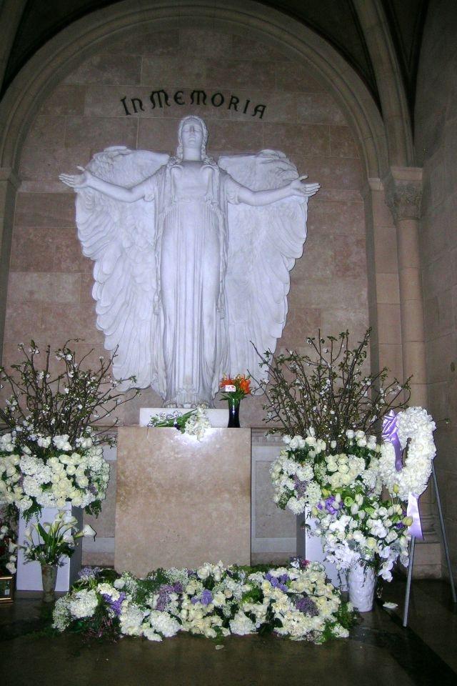 http://4.bp.blogspot.com/-9ds8FBYuWsM/TZk6wRVSkaI/AAAAAAAAAis/IeVuZey_9go/s1600/angel+statue+tomb+flowers+casket.JPG