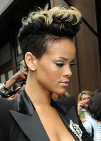 Rihanna kısa siyah saçlarının üstüne sarı saç rengi yaptırmıştır.