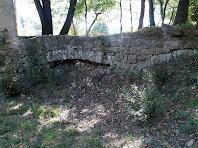 Detall de l'aqüeducte per on arribava l'aigua de la Riera de Clarà a la bassa del Molí de Bernadàs