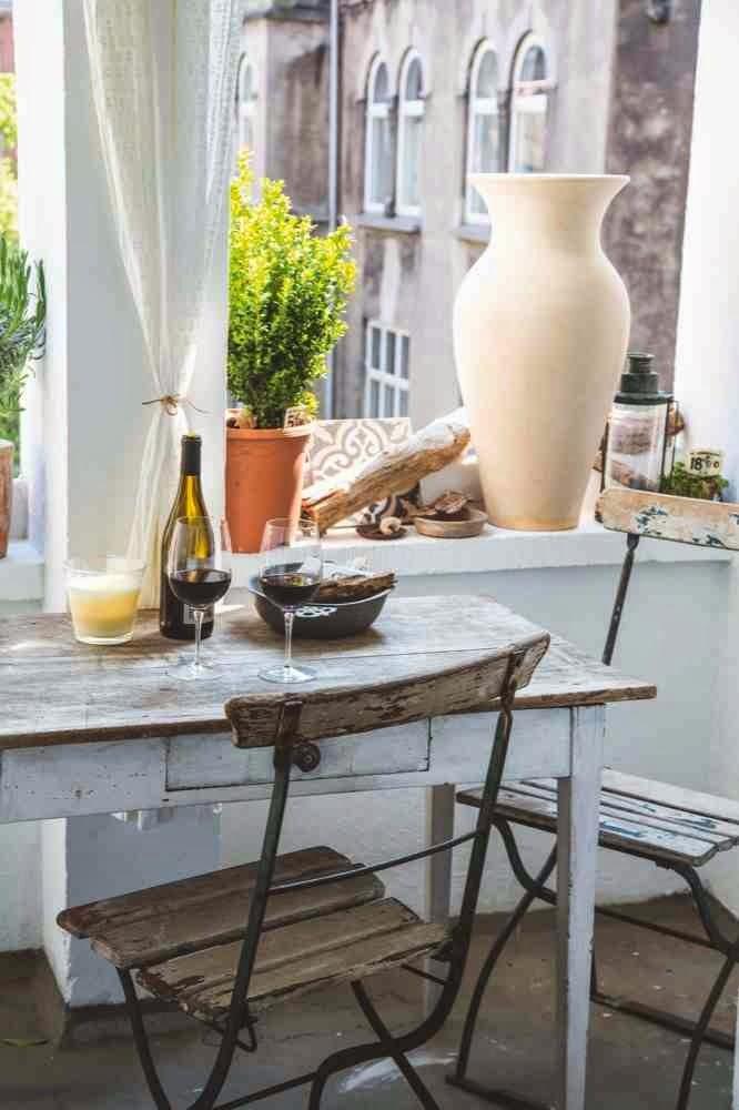 Rustykalna aranzacja stołu, drewniany stół w kuchni z szufladą
