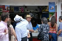 firmando ejemplares en la feria del libro