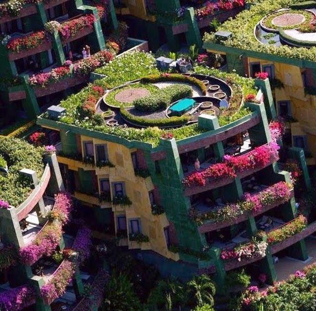 Banco de im genes edificios con jardines y flores por for Jardines verticales en balcones