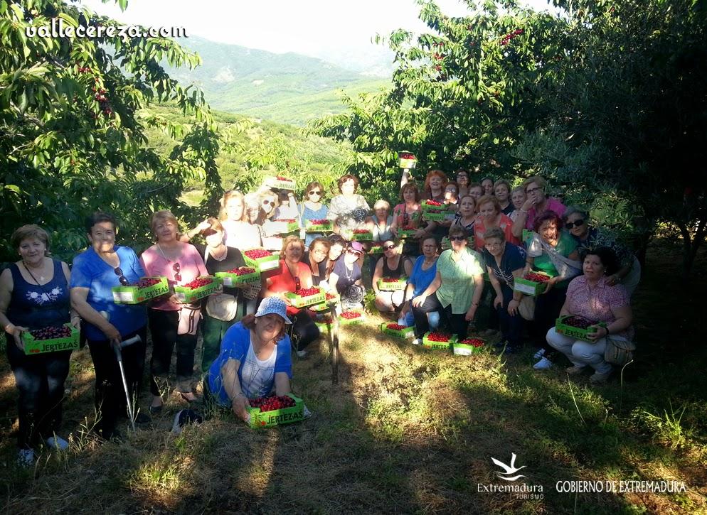 Grupo de viajeros disfruta de su experiencia en La Cerecera