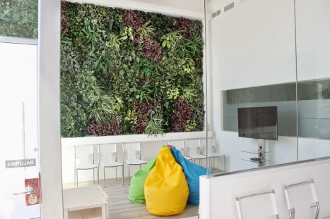 Decoraci n con plantas artificiales jard n vertical for Plantas artificiales jardin vertical