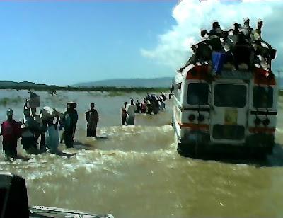 Haitianoscruzando el río