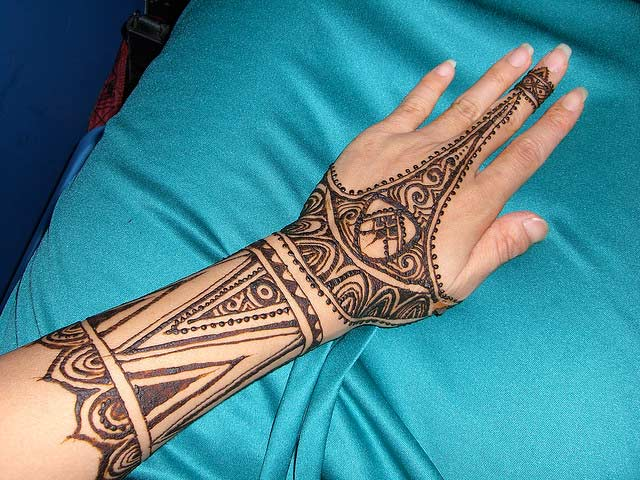 Simple Mehndi Designs For Back Hands| Celebrity Beauty ...