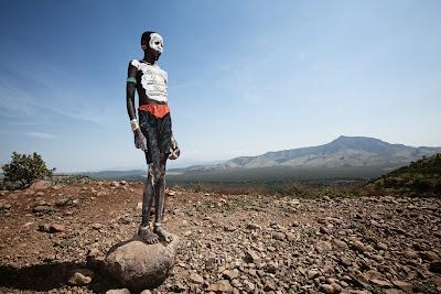 Niño de una tribu en el Valle de Omo en África
