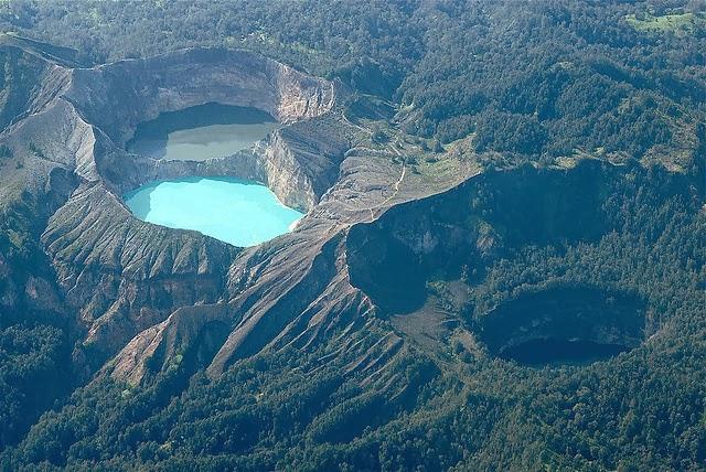 اندونيسيا البحيرات العجيبة الملونة