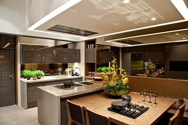 sugestão para cozinhas pequenas é unir a mesa a ilha fazendo um