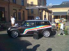 Tuffa minibilar utanför butiken i lördags - discokulan snurrade och musiken flödade:-)