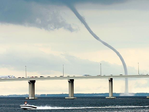 Tromba d'água - Tornado que ser forma sobre superfície líquida