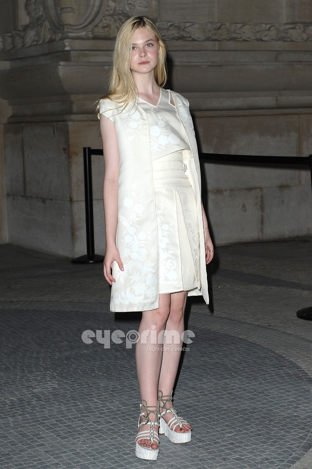 http://4.bp.blogspot.com/-9ggqhHkQS_U/UCwRwVi8MII/AAAAAAAAJcY/RI25pKCHlVA/s1600/Elle+Fanning+at+Chanel+Front+Row+-+Paris+Fashion+Week+Haute+Couture+FW+20112012+%28July+7,2011%29+%287%29.jpg