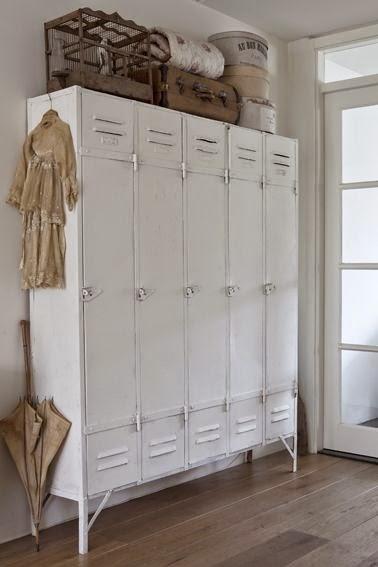 Taquillas grandes blancas antiguas vestidor