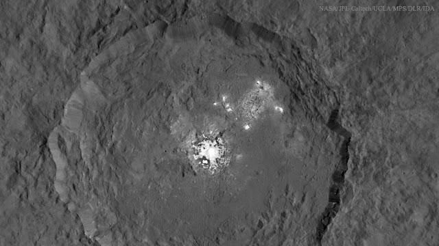 Những điểm sáng ở miệng núi lửa Occator của Ceres đã được giải đáp. Bản quyền hình : NASA, JPL-Caltech, UCLA, MPS/DLR/IDA.