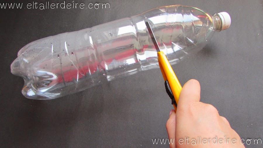 La parte superior de la botella nos servir de embudo para traspasar