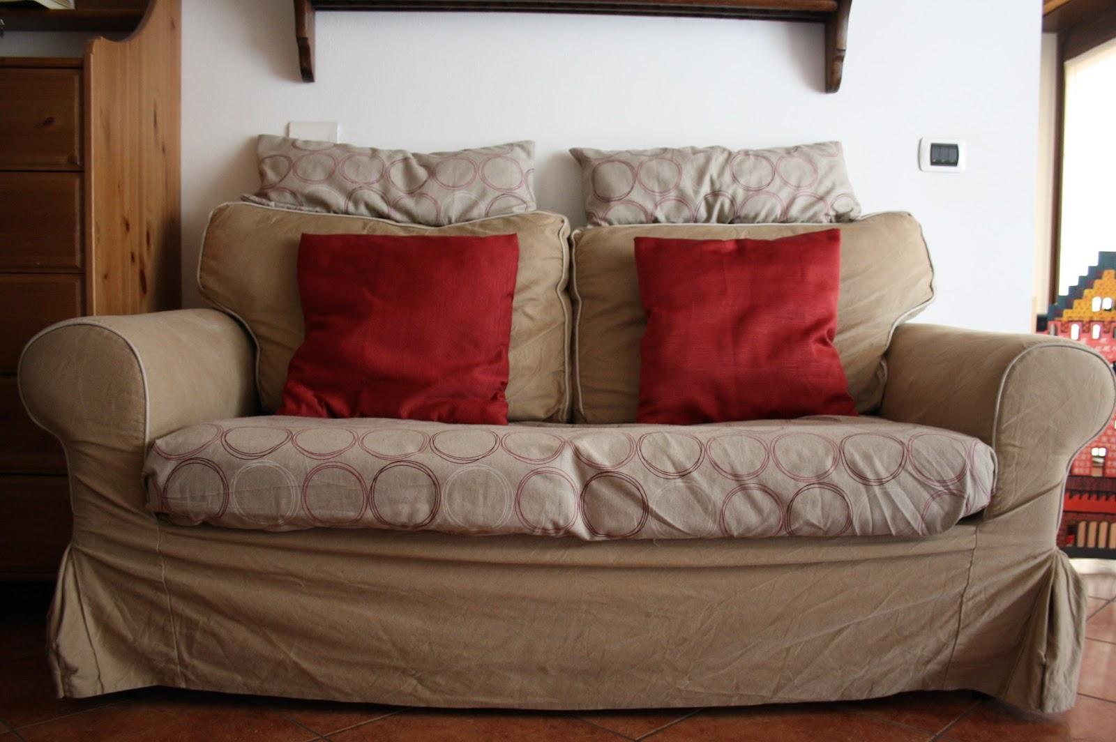 La casa della mamma rinnoviamo il divano cambiando le federe dei cuscini - Copridivano shabby ikea ...