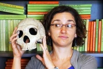 ネアンデルター人の頭がい骨と現代女性