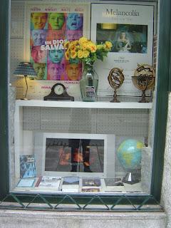 imagen del escaparate dedicado a Un dios salvaje en la tienda Ocho y medio