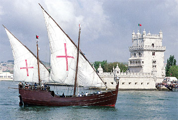 Gambar Kapal Layar Caravel lagi berlayar