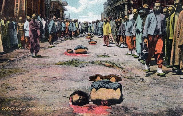En række henrettede kinesere, med afhugget hoved, mens tilskuerne flokkes udenom