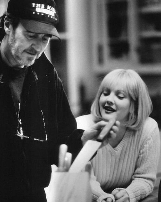 Wes craven shows drew barrymore a butcher knife on the set of quot scream quot