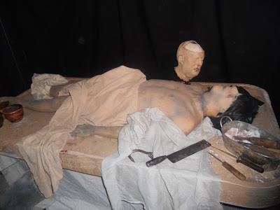 La morgue de la exposición, como si fuéramos un forense con esta autopsia en Cuarto Milenio.