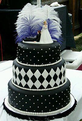 Preciosa y elegante torta decorada de blanco con una cinta negra en la ...