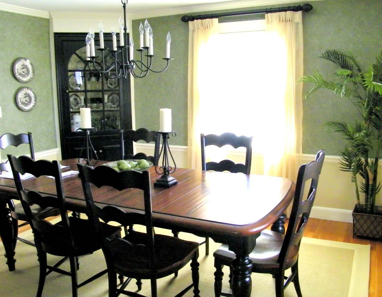 Maison Decor: Black Paint Updates A Traditional Dining Room