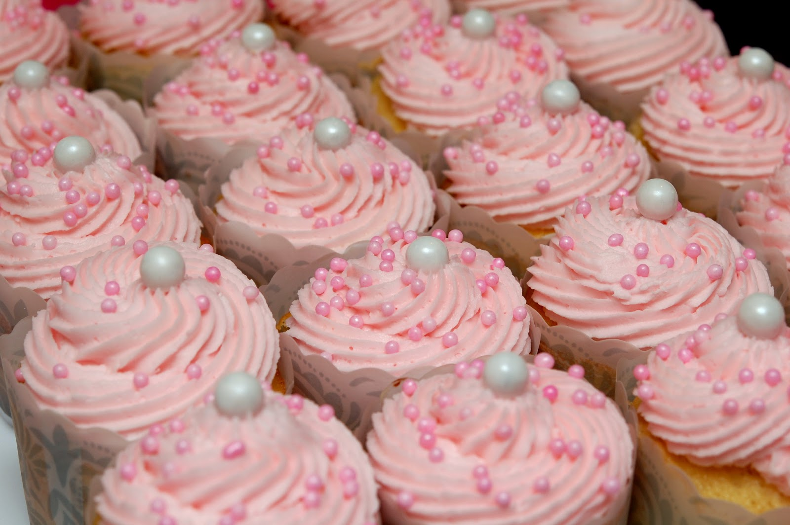 Cupcake Decorating Ideas For A Girl : SCRUMPTIOUS VANILLA CUPCAKES FOR A SWEET BIRTHDAY GIRL ...