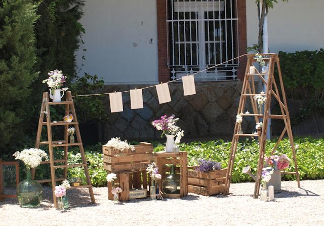 Composición de flores con cajas de madera y escaleras, de Flores en el Columpio