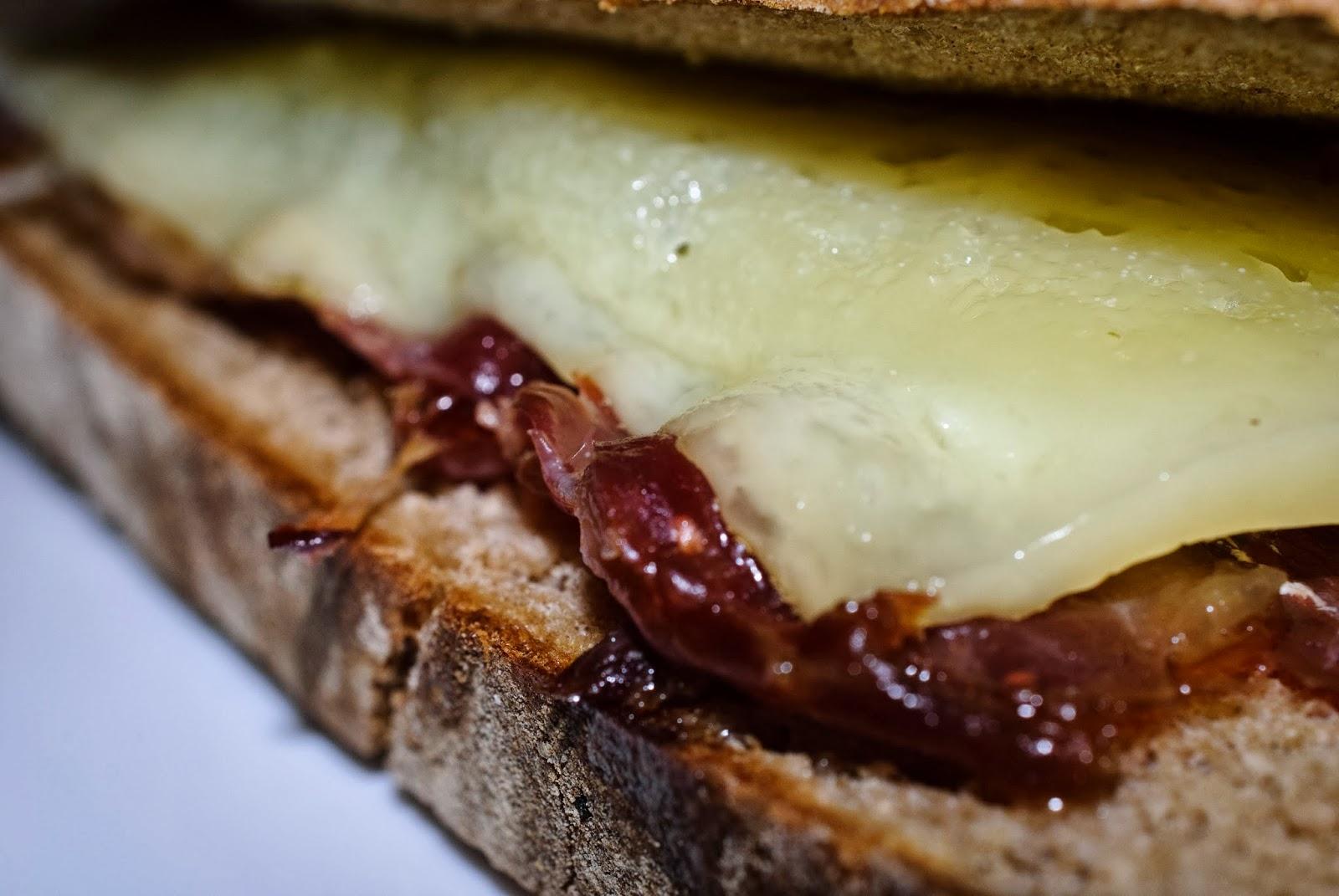 Sandwich; queso; cheese; jamón; ham
