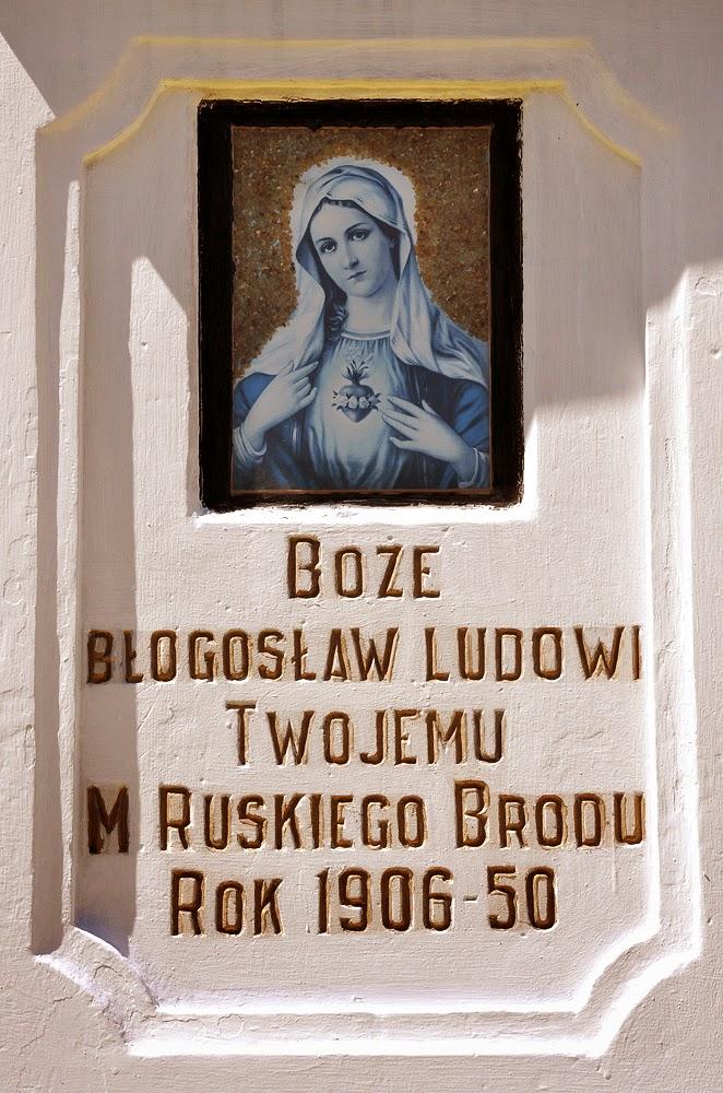 Ruski Bród, figurka Matki Bożej z krzyżem - napis. Foto. 2011 r. KW.