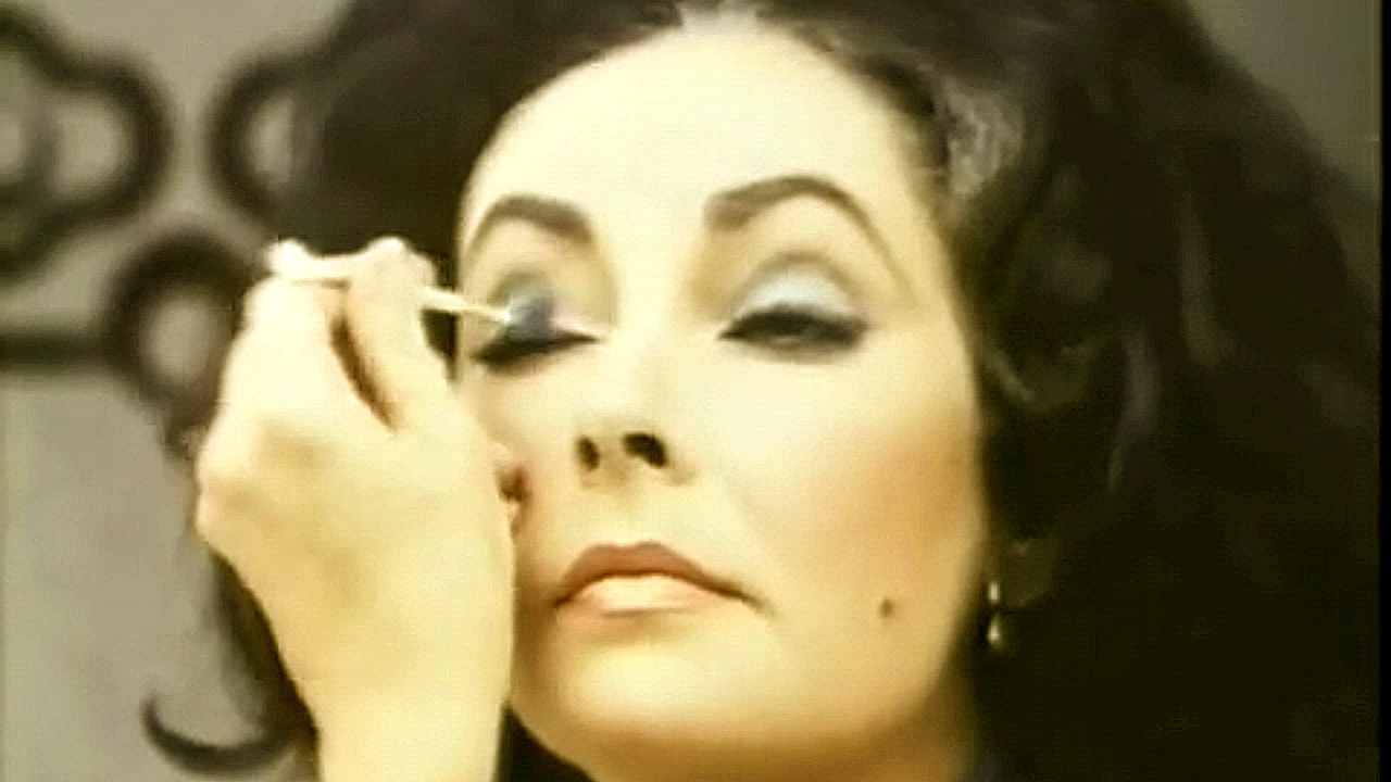 elizabeth taylor makes up her eyes glamourdaze