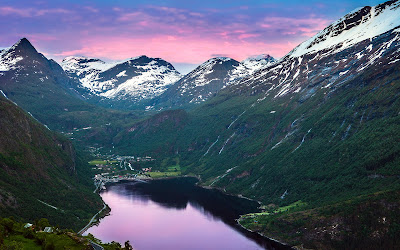 Montañas nevadas bajo el cielo purpura