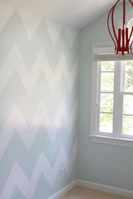 Dos colores dando formas en pintura de pared