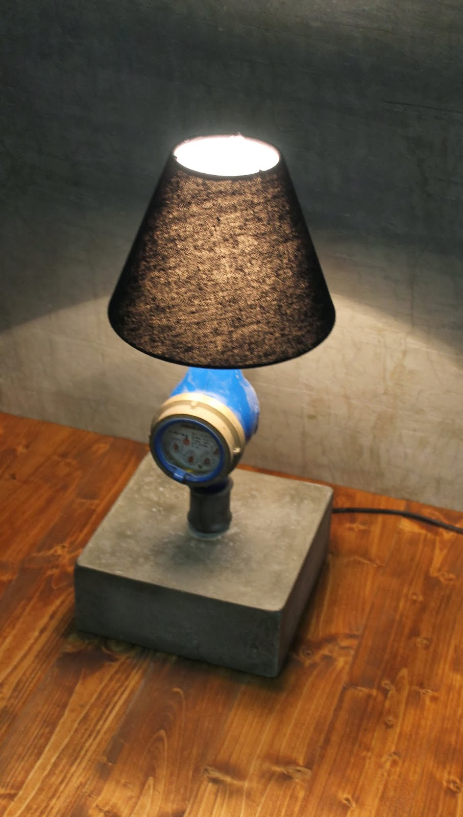 industrial style beton lampe temperguss wasseruhr watermeter. Black Bedroom Furniture Sets. Home Design Ideas