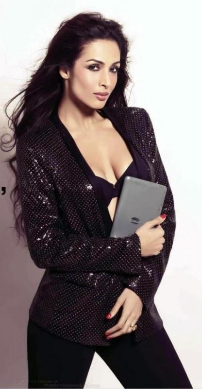 Malaika Arora Khan in black long tight jeans touching her bra hottest nip slip ardrobe malfunction pics