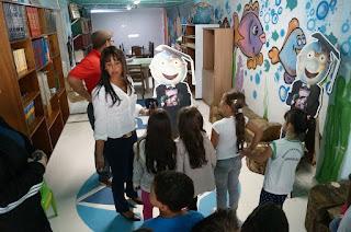 Buscando incentivar a leitura, a escola criou uma biblioteca funcionando com livre acesso