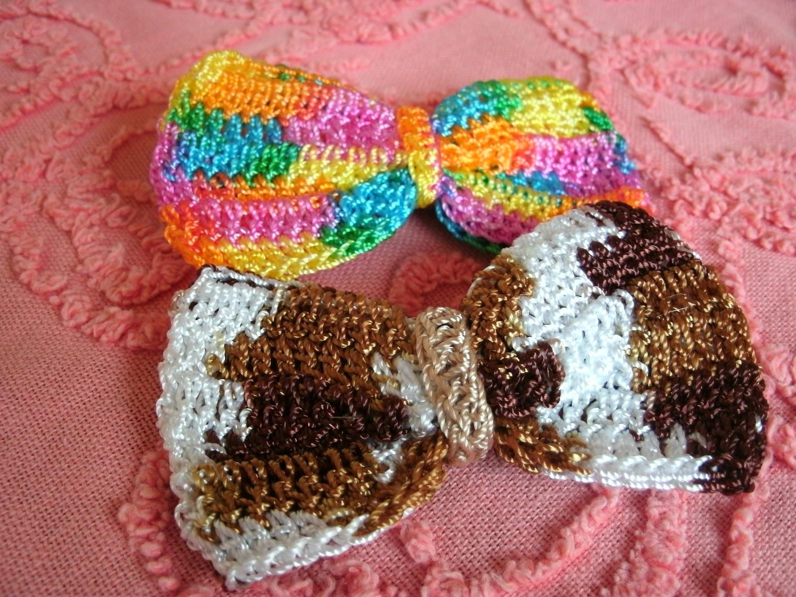 Accesorios para el cabello tejidos a crochet. otro modelo de lazos en estas pinzas para chicas y grandes