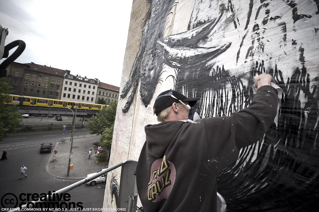 banksy graffiti roa in berlin. Black Bedroom Furniture Sets. Home Design Ideas